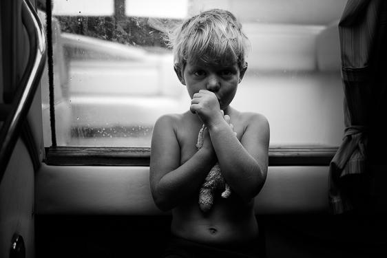 Lifestyle fotosessie van kinderen in journalistiek zwart wit door Adrielle fotografie uit Zeeland