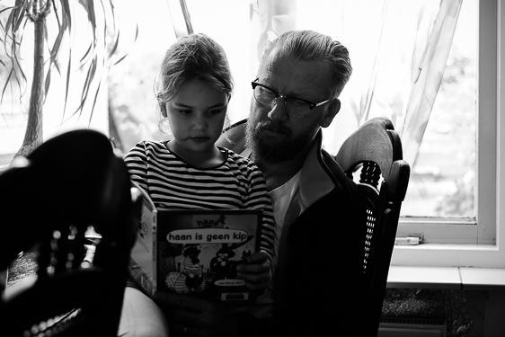 zwart-wit lifestyle fotosessie bij gezin in huis gemaakt door Adrielle de Voogd van Adrielle Fotografie