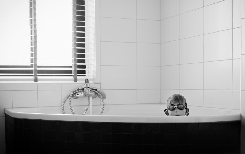 Pure en tijdloze zwart-wit foto's van kinderen gemaakt door zwart-wit fotograaf Adrielle de Voogd van Adrielle fotografie