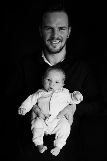 Zwart wit lifestyle newborn fotosessie gemaakt door Adrielle de Voogd van Adrielle Fotografie
