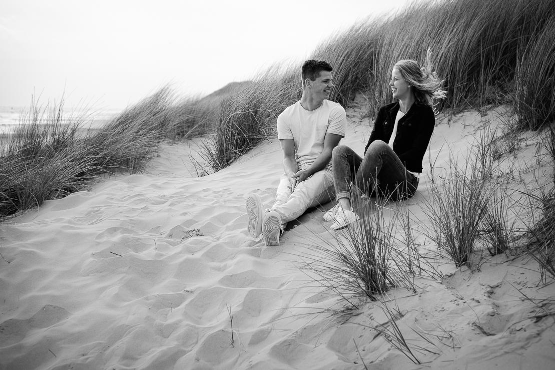 Liefde en familie in zwart wit foto's gemaakt door Adrielle de Voogd van Adrielle Fotografie