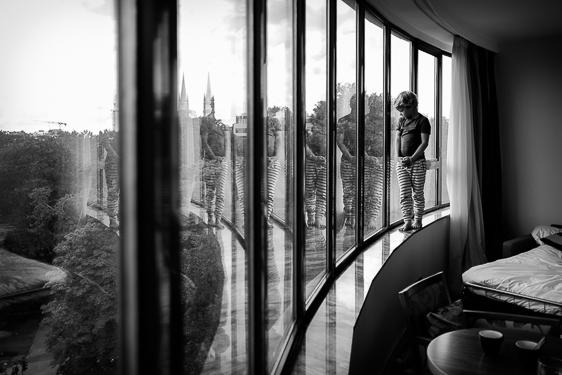 Spontane kinderfoto in zwart wit gemaakt door Adrielle de Voogd van Adrielle fotografie