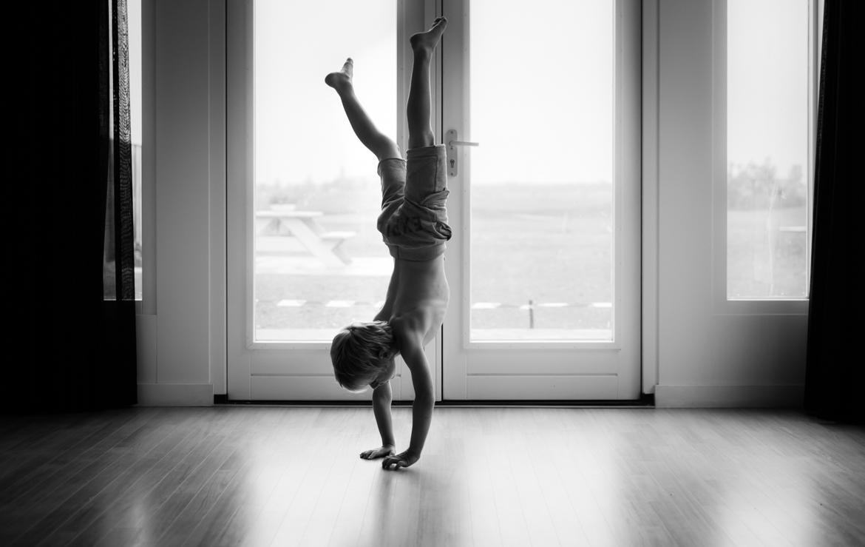 Spontane kinderfoto in tijdloos zwart wit door Adrielle Fotografie uit Middelburg Zeeland