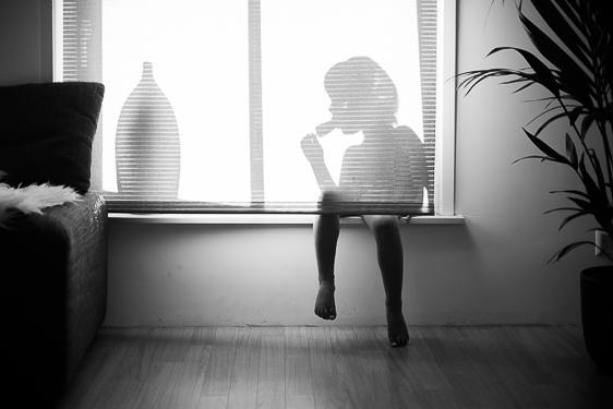 Spontane kinderfoto's in zwart wit gemaakt door Adrielle de Voogd van Adrielle Fotografie